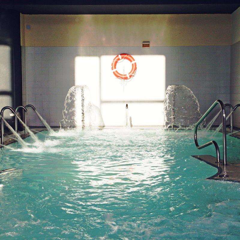 Piscina aguas o2 centro wellness el perchel for Chorros para piscinas